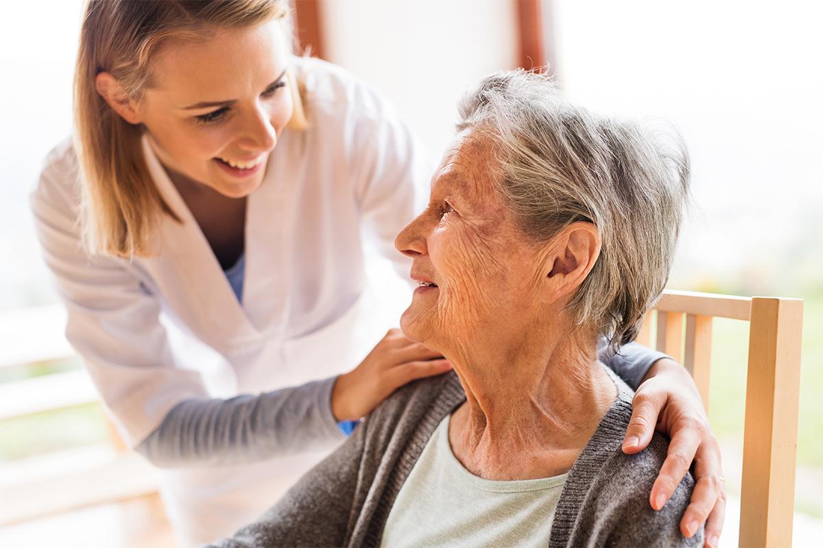 Staatlich-anerkannter-Altenpfleger-Helfende-Schwestern